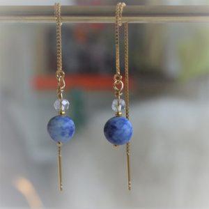 Elegante ørekæder i 14 karat forgyldt sterlingsølv med vedhæng af royalblå natur smykkesten. Smuk til både galla og hverdag. Stenens diameter er 8mm.