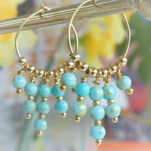Creoler i 14 karat guld på sterlingsølv med turkis perler med guldstøv