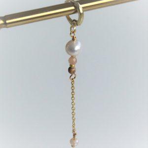 Perle ørering guld huggie med ægte ferskvandsperle og nude farvede smykkesten