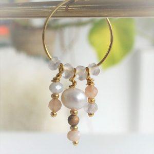 Perle guld hoop creol ørering med nude farvede naturperler og ferksvandsperle