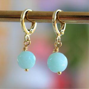 Smukke forgyldte huggie øreringe med facetterede mintfarvede smykkesten