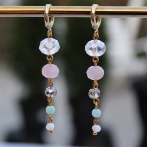 smukke lange forgyldte huggies lange øreringe med rosakvarts og mint perler