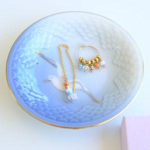 SMUKKE lange øreringe i guld med blå hvide facetterede perler