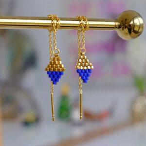 Guld øreringe i forgyldt sterlingsølv ørekæder med vedhæng af guld perler og koboltblå perler