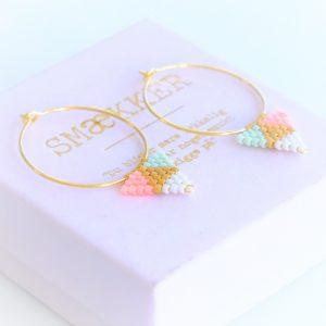 guld øreringe i forgyldt sterlingsølv med håndsyet vedhæng af perler