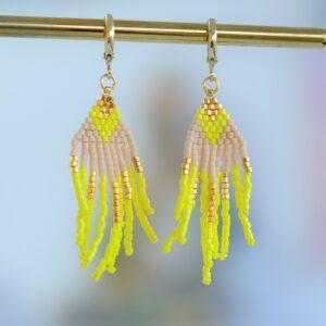 Unika øreringe med håndsyede vedhæng af forgyldte og farvede perler i guld guld og nude